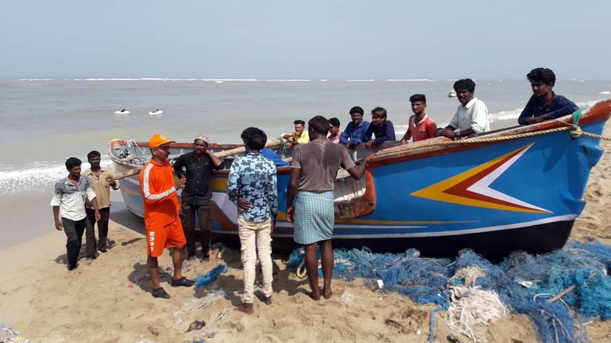 'وایو' کی سمت تبدیل، گجرات کے ساحل سے ٹکرانے کا امکان ختم، خطرہ پھر بھی برقرار
