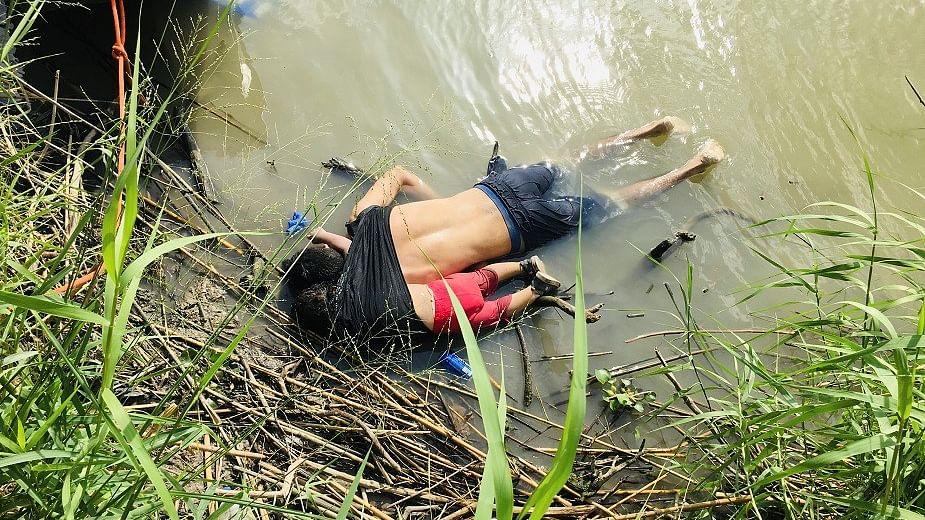 باپ بیٹی کی دردناک تصویر دیکھ کر پوری دنیا غم میں ڈوب گئی، انسانیت ہوئی شرمسار