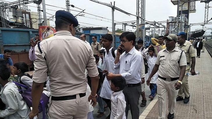 مدرسہ کے استاد اور 47 بچوں کو ٹرین سے اتار کر پوچھ گچھ