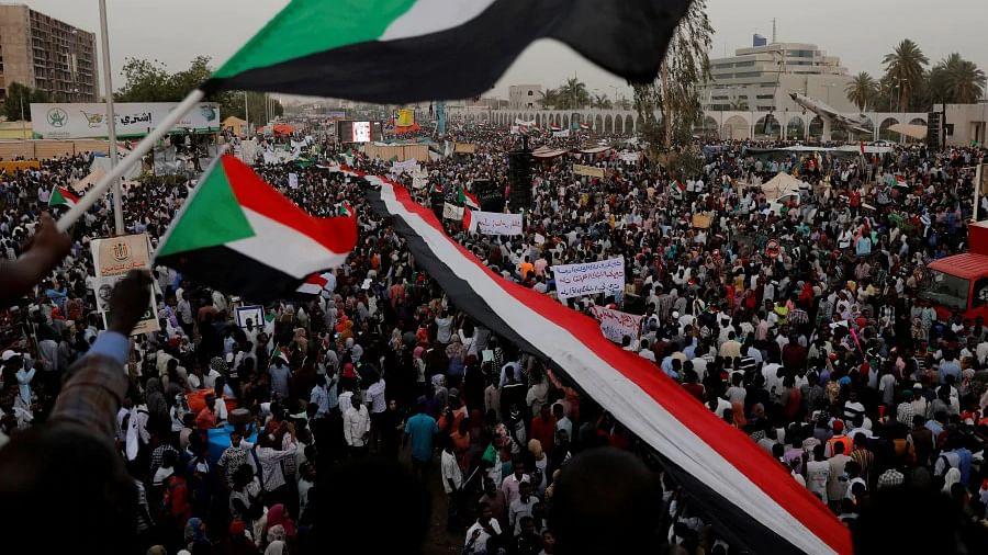 سوڈان: سو سے زیادہ ہلاکتوں اور سول نافرمانی کے بعد مظاہرین فوج سے مذاکرات پر راضی