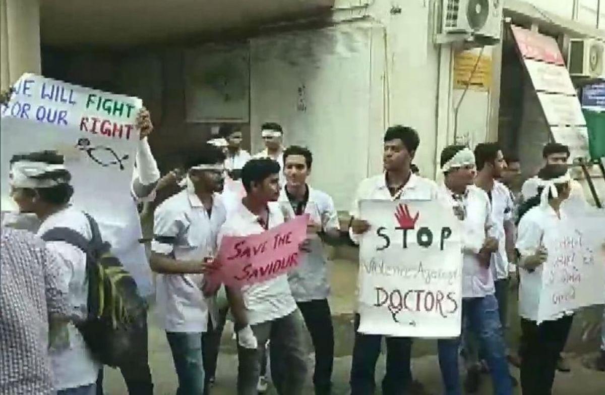 کولکاتا سے دہلی تک ڈاکٹروں کا احتجاجی مظاہرہ، مریض بے بس... تصویری جھلکیاں