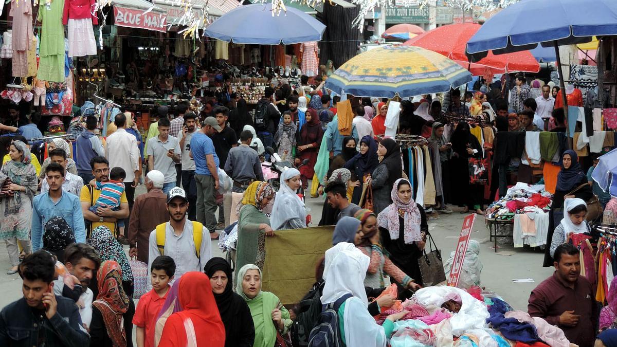 کشمیر: عیدالفطر کے پیش نظر بازاروں میں لوگوں کی غیر معمولی بھیڑ