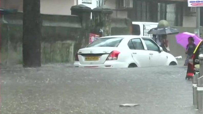 ممبئی میں پھر آفت خیز بارش، کئی علاقے زیر آب، ریل اور ہوائی سفر متاثر