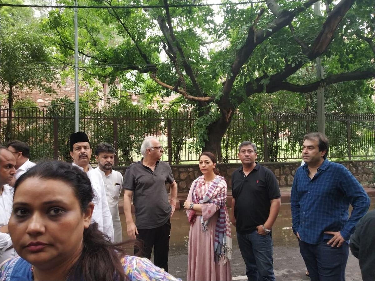 شیلا دیکشت کی رہائش گاہ پر موجود یاسمین قدوائی، فرہاد سوری و دیگر