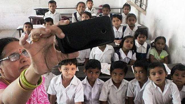 یوگی حکومت نے پہلے تو 'سیلفی' نہ بھیجنے والے اساتذہ کی تنخواہ کاٹنے کا کیا فیصلہ، اور اب...