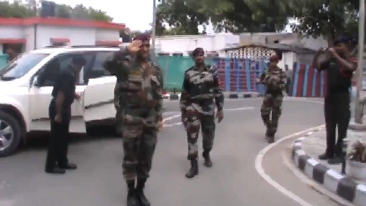 فوجی وردی میں دھونی نے کیا 'سیلیوٹ'، ویڈیو ہوا وائرل