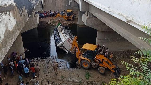 جمنا ایکسپریس وے پر خوفناک سڑک حادثہ، بس میں سوار 29 لوگوں کی موت
