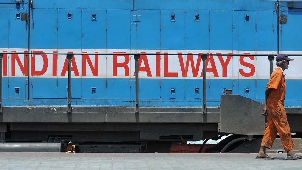 مودی حکومت کا 'ملازمتوں' پر حملہ جاری، 3 لاکھ ریلوے ملازمین کی چھٹنی کی تیاری