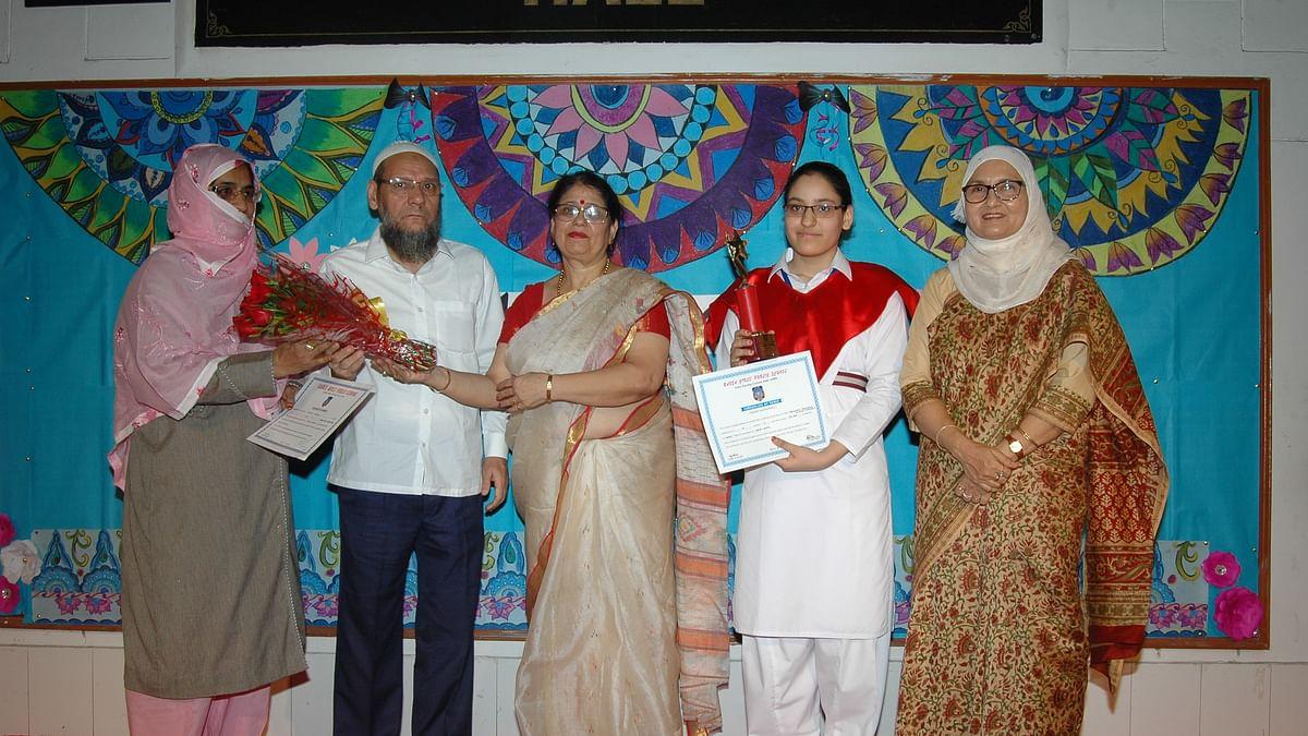 رابعہ گرلز پبلک اسکول نے دسویں اور بارہویں کی ٹاپرس کو ایوارڈ سے نوازا