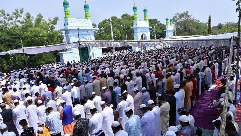 عید الاضحی کے موقع پر حیدرآباد کی عید گاہ  میں لاکھوں کا اجتماع