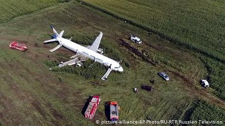 روسی مسافر بردار طیارے کی مکئی کے کھیت میں ہنگامی لینڈنگ