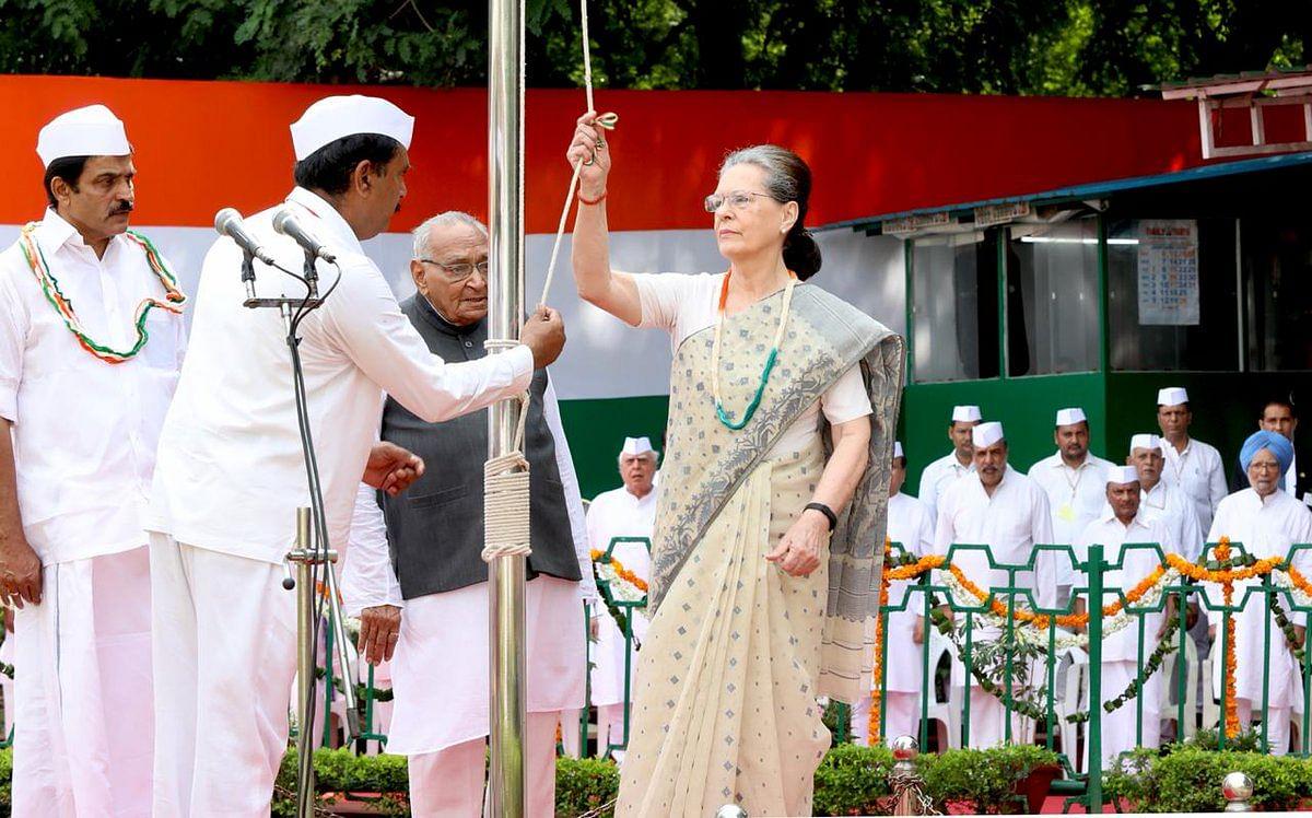سونیا گاندھی نے کانگریس ہیڈکوارٹر میں لَہرایا ہندوستانی پرچم، بچوں میں تقسیم کی مٹھائی