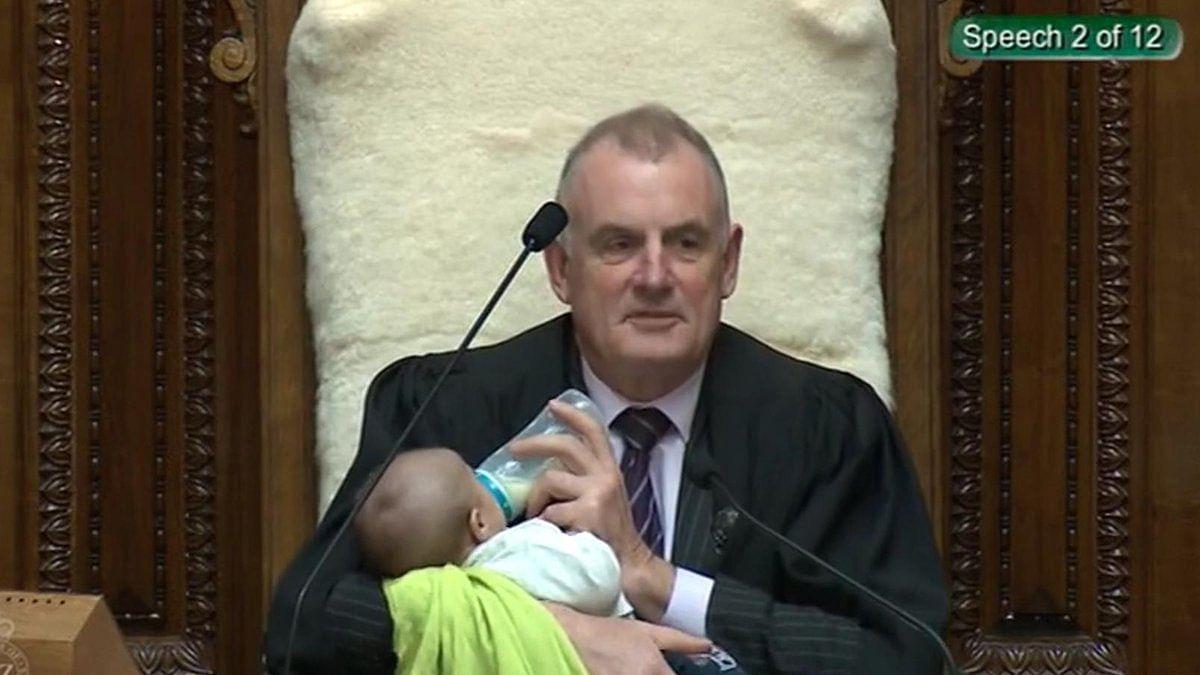 نیوزی لینڈ: پارلیمنٹ میں دیکھنے کو ملا دِلچسپ نظارہ، اسپیکر نے نوزائیدہ کو پلایا دودھ