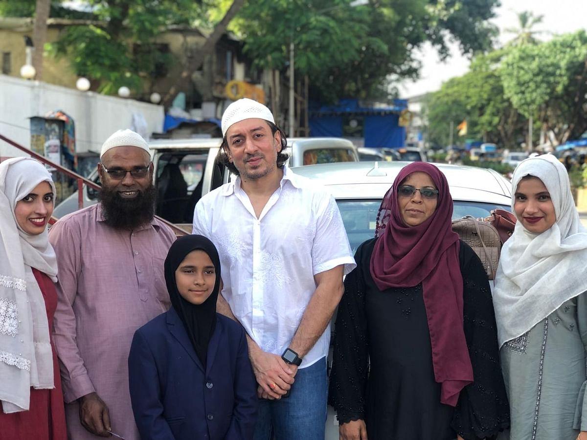 (دائیں سے بائیں) شفا سحر، بی بی فاطمہ، کمال امروہی کے پوتا مشہور امروہی، رفاہ تسکین، تاج الدین اور سیدہ مسیحہ