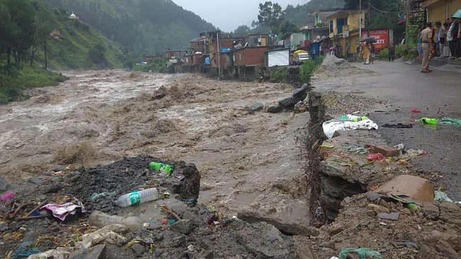 انڈونیشیا: شدید بارش کے بعد سیلاب اور لینڈ سلائیڈنگ سے 30 افراد ہلاک