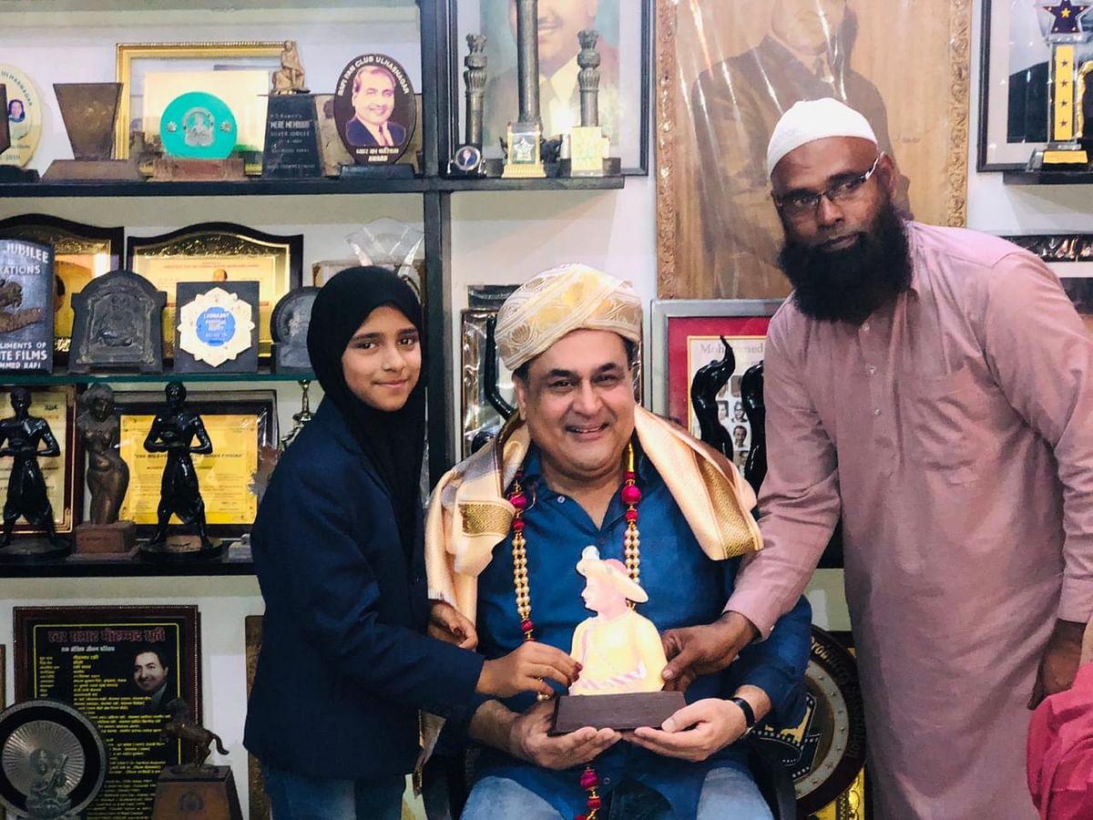 محمد رفیع کے بیٹے شاہد رفیع (درمیان میں) کے ساتھ رفاہ تسکین (بائیں) اور رفاہ کے والد تاج الدین (دائیں)