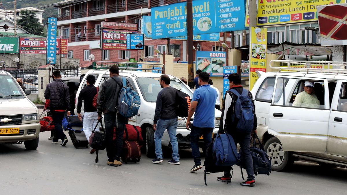 سیاحوں اور یاتریوں نے کشمیر چھوڑنا شروع کر دیا، ہر سو سراسیمگی