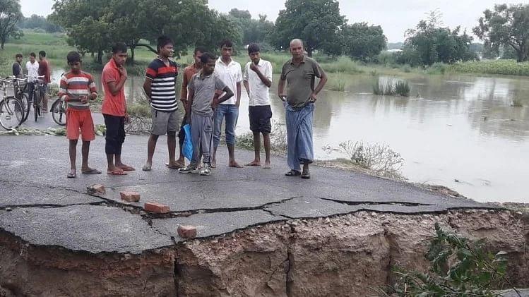 غازی پور: شدید بارش سے سڑک 15 فٹ نیچے دھنس گئی