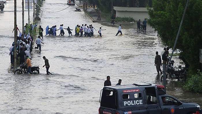 پاکستان: کراچی میں بھاری بارش، کرنٹ کی زد میں آنے سے 8 افراد ہلاک