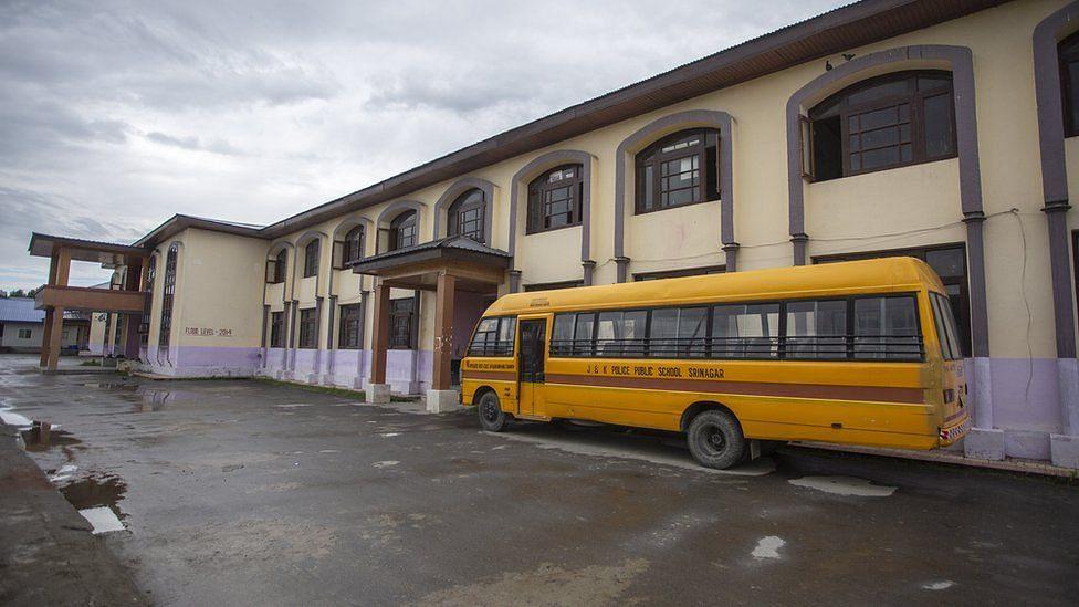 کشمیر: تعلیمی سرگرمیوں کی معطلی کے باوجود نجی اسکولوں کا والدین سے گاڑی فیس کا مطالبہ!