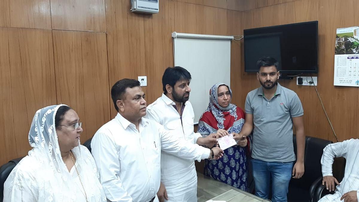 اہم خبر: دہلی وقف بورڈ نے نجیب کی ماں کو دیا 5 لاکھ کا چیک، بھائی حسیب کو مستقل ملازمت