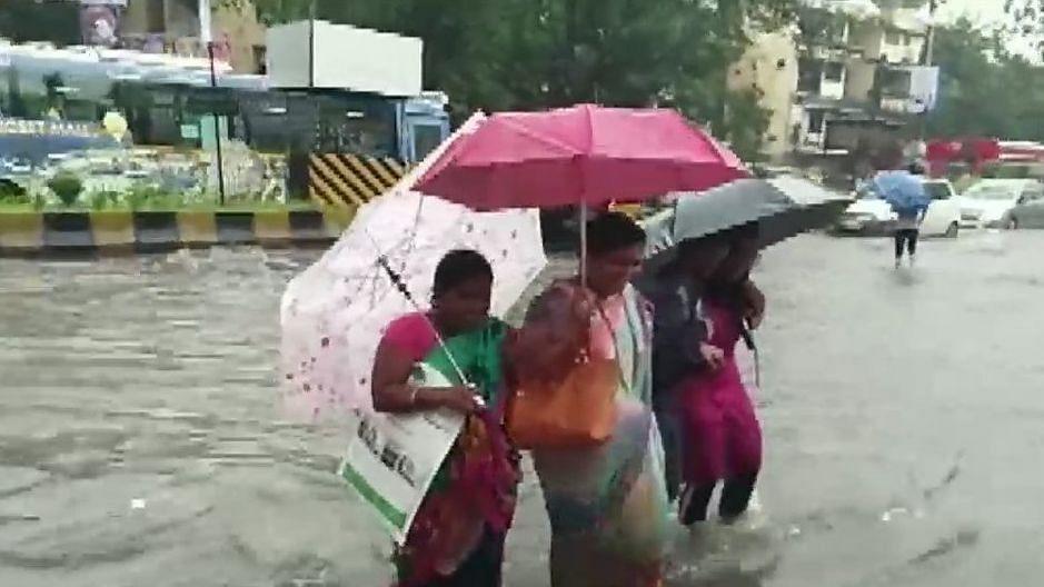 ممبئی میں بھاری بَارش کے بعد ایلرٹ جاری، اسکول کیے گئے بند