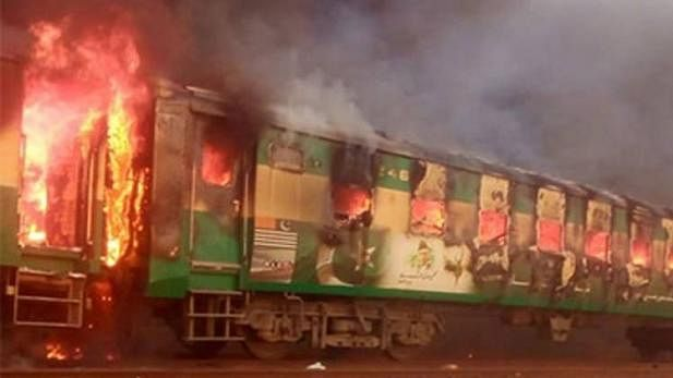 پاکستان ٹرین حادثہ: دیکھتے ہی دیکھتے جل کر خاک ہوگئیں 3 بوگیاں، درجنوں افراد جاں بحق