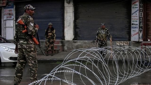 کشمیر میں نظربندی سے نجات کے لیے لیڈروں سے بھروایا جا رہا 'بانڈ'، 370 پر منھ رکھنا ہوگا بند