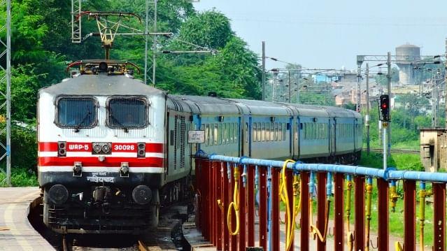 'تیجَس' کے بعد 150 ٹرینوں اور 50 اسٹیشنوں کو پرائیویٹ ہاتھوں میں دے گی مودی حکومت!