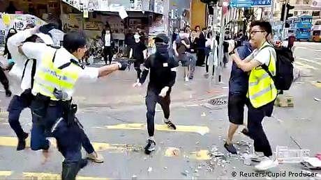 ہانگ کانگ: پولیس فائرنگ سے ایک شخص زخمی، حالات پھر کشیدہ