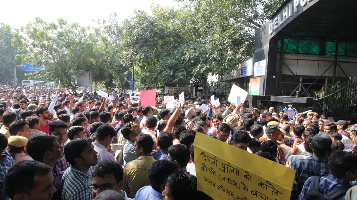 دہلی پولس نے دھرنا کیوں دیا؟ کمشنر کو قانونی نوٹس بھیج کر وکیل نے پوچھا سوال