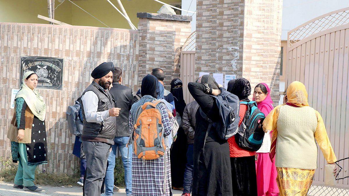 کشمیر: امتحانی سینٹروں میں گرمی اور روشنی کی عدم فراہمی سے طلبا پریشان