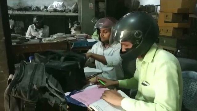 یہ ہے یوگی راج، باندہ  واقع بجلی محکمہ میں ملازمین ہیلمٹ پہن کر کام کرنے کو مجبور