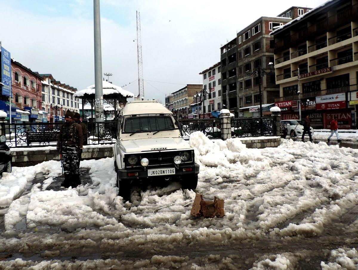 کشمیر: برف باری سے شدید جانی و مالی نقصان، زمینی و فضائی رابطے اور بجلی سپلائی منقطع