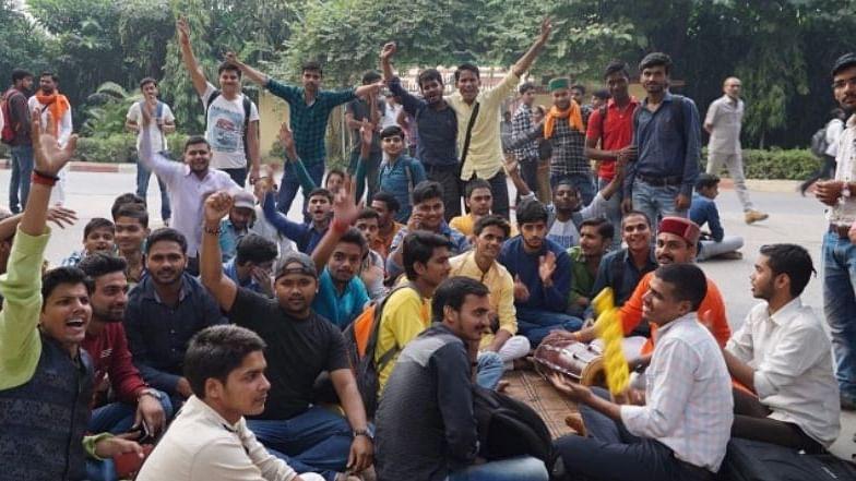 بنارس ہندو یونیورسٹی میں 'مسلم پروفیسر' کی تقرری پر ہنگامہ، طلبا نے کیا احتجاجی مظاہرہ
