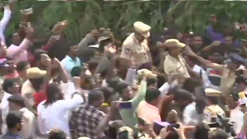 حیدرآباد انکاؤنٹر: عوام نے پولس کو گود میں اٹھایا، پھولوں کی بارش کی اور جشن منایا