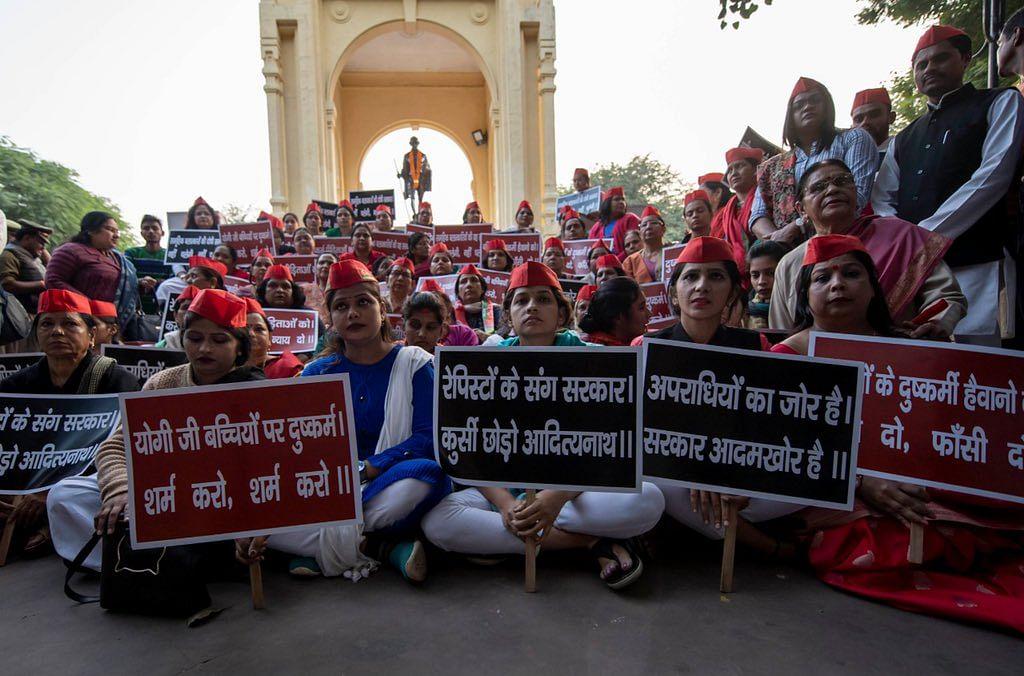 لکھنؤ: اتر پردیش میں خواتین کے تئیں جرائم کے خلاف احتجاج کرتے سماجوادی پارٹی کارکنان