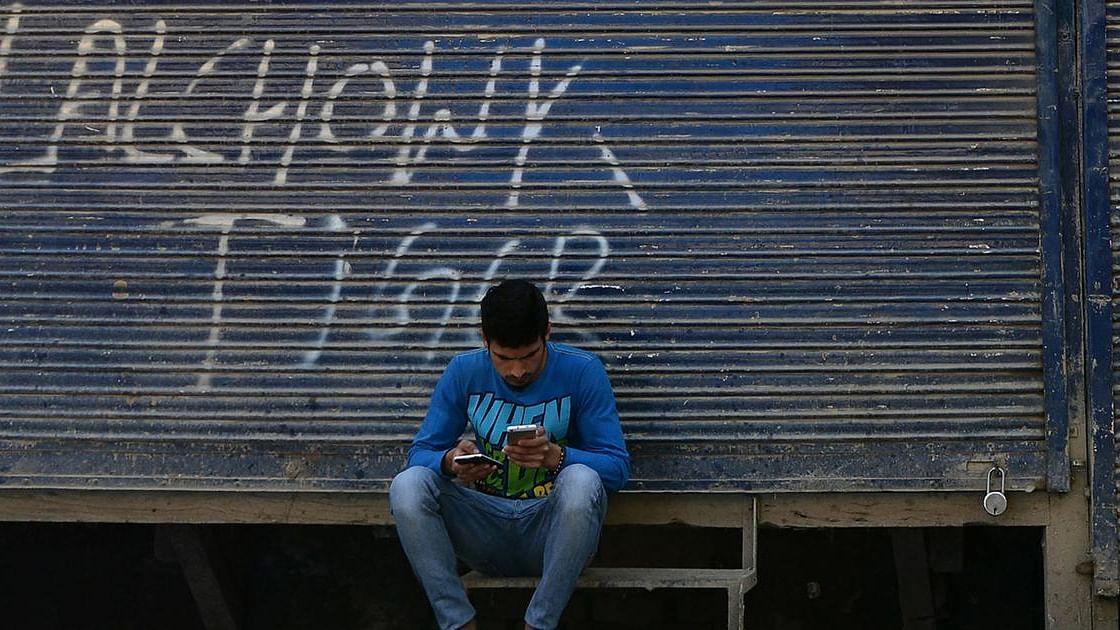 کشمیر: ایس ایم ایس اور براڈ بینڈ سروسز کی بحالی کا اعلان، موبائل انٹرنیٹ خدمات مسلسل معطل