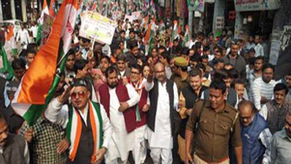گندگی اور ڈینگو سے بدحال کانپور میں کانگریس نے نکالا پیدل مارچ