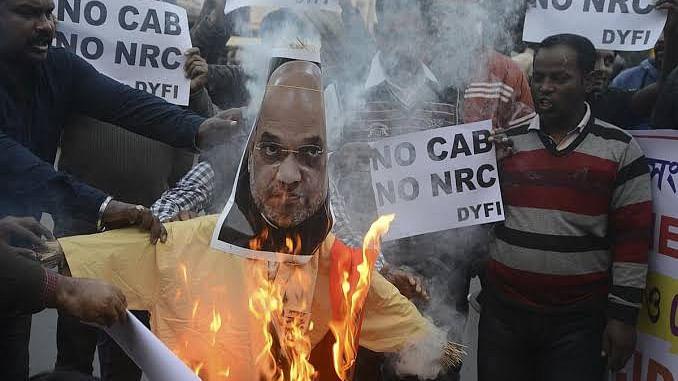 شہریت قانون کے خلاف مغربی بنگال میں احتجاجی سلسلہ جاری، ٹرین سروس متاثر