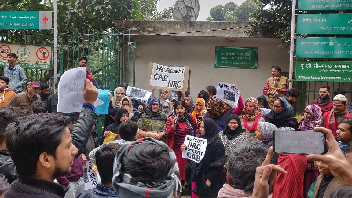 مظاہرہ LIVE: اتر پردیش کے مئو میں مظاہرین بے قابو، کئی گاڑیوں کے شیشے توڑے