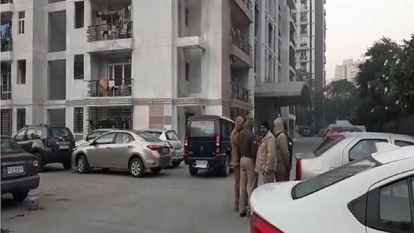 دو بچوں کے قتل کے بعد آٹھویں منزل سے دو بیویوں کے ساتھ کودا شخص