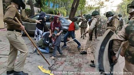 شہریت ترمیمی ایکٹ: مظاہرین کے خلاف پولیس کا تشدد اور گرفتاریاں