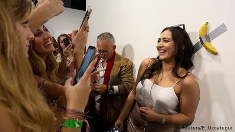 دیوار پر چپکا کیلا، ایک لاکھ بیس ہزار ڈالر میں فروخت