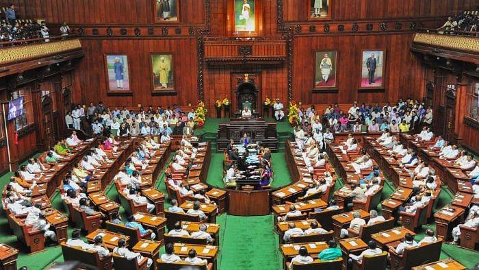 کرناٹک اسمبلی کے نومنتخب ارکان اسمبلی نے ایوان کی رکنیت کا حلف لیا