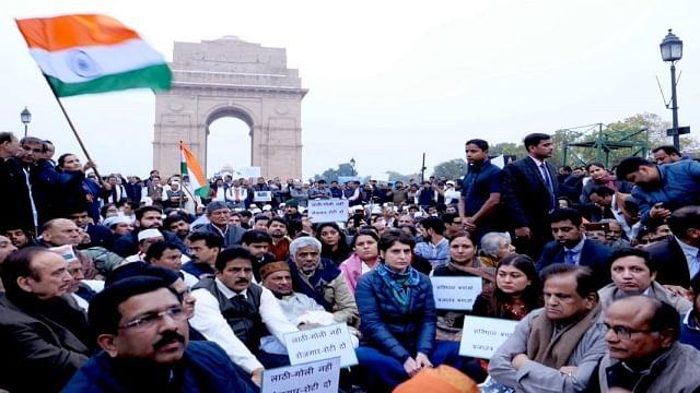 پولس بربریت کے خلاف  پرینکا گاندھی کا انڈیا گیٹ پر دھرنا
