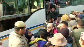 جامعہ فائرنگ: دہلی پولس ہیڈکوارٹر سے مظاہرین کو پولس نے زبردستی ہٹایا ، کچھ طلبا زخمی!