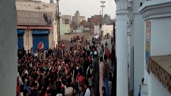 اہم خبریں: پاکستان میں ننکانہ صاحب گرودوارہ پر بھیڑ نے کیا زبردست پتھراؤ