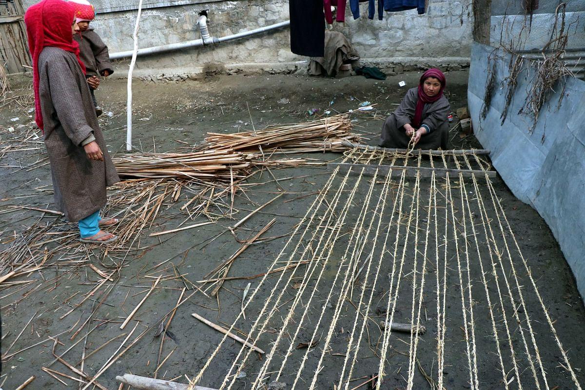 کشمیر: گھاس کی چٹائیاں بنا کر عیال کی کفالت کر رہی قوت گویائی سے محروم 'رخسانہ'