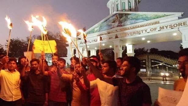 میسور یونیورسٹی: 'فری کشمیر' پوسٹر کے ساتھ مظاہرہ کرنے والی لڑکی نے معافی طلب کی